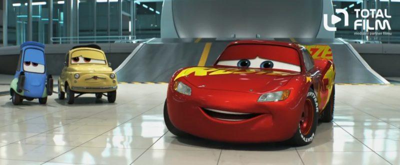 Blesk McQueen je opět v akci.